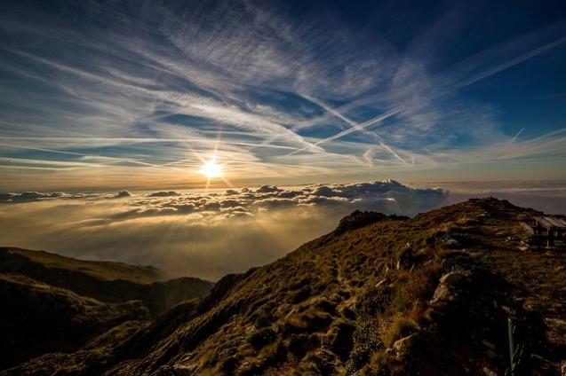 Salida del Sol, Montañas con Nubes.
