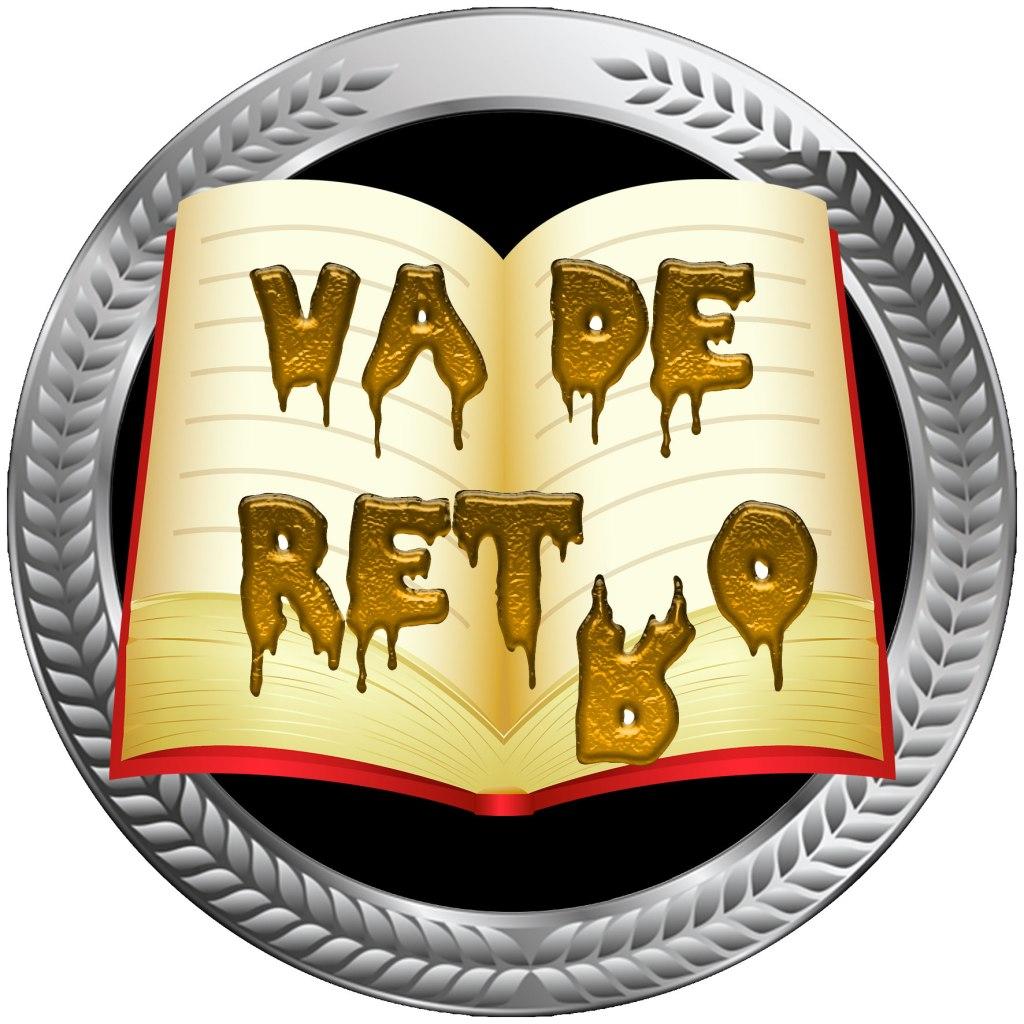 """Logo del VadeReto correspondiente al mes en curso. Las letras de """"Va de Retro"""", bañadas en oro, se sitúan sobre un libro abierto de color amarillo, con páginas vacías. La segunda """"r"""" de Retro simula caerse para dejar el verdadero nombre del reto. El libro reposa sobre un marco circular plateado, con relieves de laureles triunfales. En la parte de abajo, dentro de un rectángulo gris, y en color rojo, aparece el mes y el año, de forma abreviada.."""